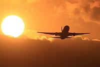 ボーイング767 夕陽バックに離陸 JAL