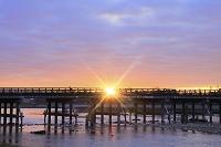 京都府 嵐山 朝焼けの空と渡月橋から昇る朝日