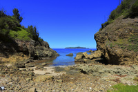 東京都 小笠原諸島 母島 蓬莱根海岸入り口から望む太平洋と向島