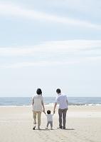 砂浜を歩く日本人親子