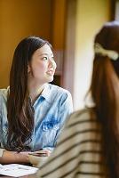 会話する日本人女性