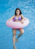 プールに入る女性
