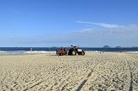 ブラジル リオデジャネイロ コパカバーナ海岸 清掃トラクター