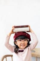 本を持つ日本人の女の子