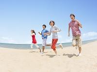 海辺を走る日本人の若者達