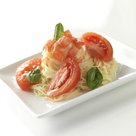 バジルを飾ったトマトの冷製パスタ