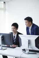 研修を受ける日本人ビジネスマン