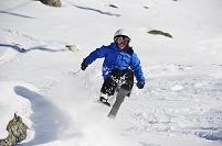 スキーをする男の子