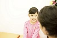 待合室で医者に病状を聞かれる子供2