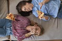 ピザを食べる外国人