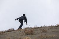 砂丘を上がる日本人ビジネスマン