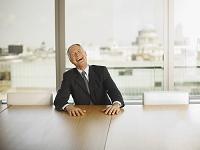 会議室で大笑いするビジネスマン