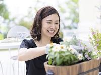 ガーデニングをする40代の日本人女性