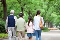 散歩をする3世代日本人家族