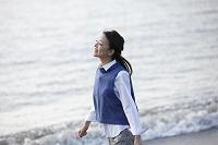 海辺を散歩する日本人女性