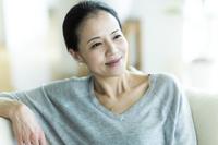 ソファでくつろぐ日本人女性