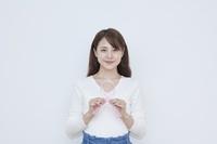 ピンクリボンを持つ日本人女性