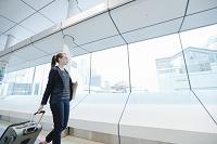 ターミナルを歩く外国人女性