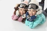 スキーウェアの日本人女性2人