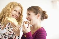 笑顔で食事をする外国人女性