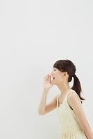 呼びかける日本人女性