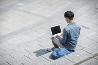 パソコンを見る学生