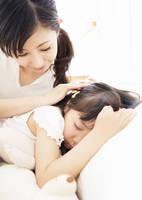 娘の頭を撫でる女性