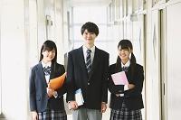 廊下で立つ高校生