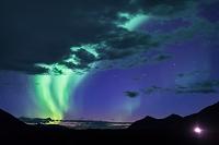 カナダ 雲とオーロラとヘッドライト