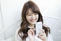 携帯電話を操作する女子大生