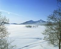 福島県 凍結の檜原湖と磐梯山