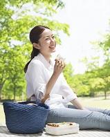 ピクニックをする日本人女性