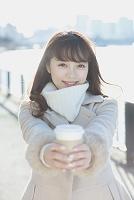 ホットコーヒーを手渡す日本人女性