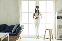 窓辺に立つ若い日本人女性