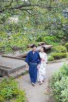 緑道を歩く浴衣のカップル