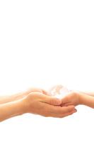 クリスタル地球儀を持つ親子の手