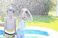 水浴びをする男の子と女の子