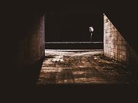 トンネル内に差し込む日差し