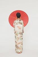 番傘を持つ着物の日本人女性