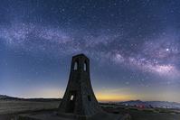 長野県 美ヶ原の美しの塔と天の川