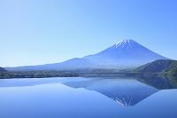 山梨県 残雪の富士山と本栖湖に映る逆さ富士