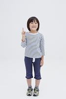 人差し指を立てる日本人の男の子