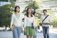 キャンパスを歩く大学生男女