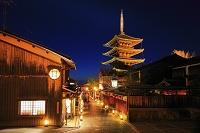 京都府 東山花灯路 ライトアップされた八坂道と法観寺の五重塔