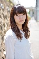 こちらを見つめる日本人女性