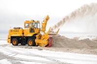 福島県 ダンプで集めた雪を猪苗代湖に捨てる除雪車