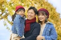 子供を抱いて散歩する日本人家族
