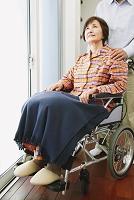 車椅子の女性とシニア男性