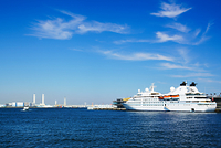 神奈川県 横浜港大さん橋に停泊する豪華客船