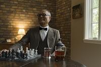 チェスをするシニアの日本人男性